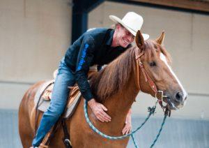 Danke an Thomas Günther, der den YouTubern ein großartiges Video bescherte, in dem die Mustangstute ihre Skepsis gegenüber Streicheleinheiten in Wohlgefallen änderte – die Stute, die sich in den Trainer Challenges als exzellent gerittenes Pferd vorstellte.